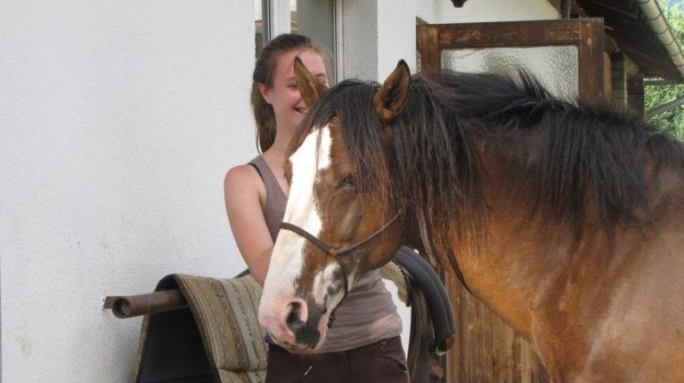 Attività individuali per scoprire o approfondire il proprio interesse e le proprie conoscenze del mondo dei cavalli. Dei momenti privilegiati per conoscere i cavalli, come vivono, la cura e la guida. Sperimentare con tutti i sensi il cavallo anche provando a montare senza sella. Passeggiate e momenti di tranquillità per rilassarsi. Su appuntamento per qualche ora, mezza giornata o giornate intere.